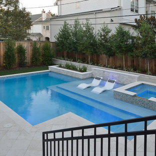 Modelo de piscinas y jacuzzis naturales, actuales, pequeños, rectangulares, en patio trasero, con adoquines de piedra natural