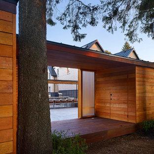 Modelo de casa de la piscina y piscina elevada, moderna, grande, rectangular, en patio trasero, con losas de hormigón