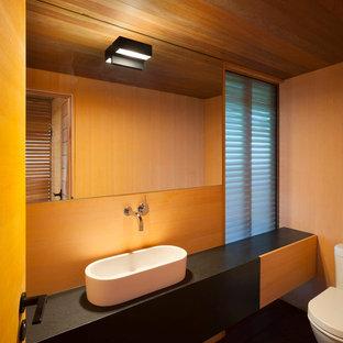 Imagen de casa de la piscina y piscina elevada, minimalista, grande, rectangular, en patio trasero, con losas de hormigón