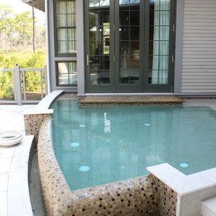 Modelo de piscina con fuente infinita, tradicional renovada, grande, a medida, en patio trasero, con entablado