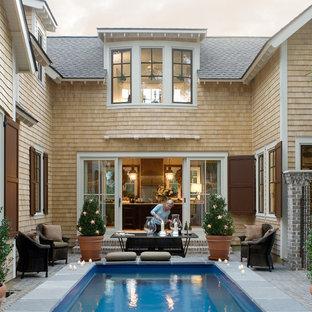 Aménagement d'une petit piscine victorienne avec une cour.