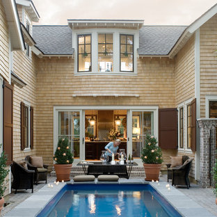 アトランタの小さいヴィクトリアン調のおしゃれな中庭プールの写真