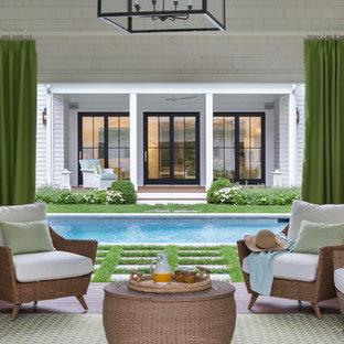 Imagen de casa de la piscina y piscina tradicional, de tamaño medio, rectangular, en patio trasero, con adoquines de hormigón