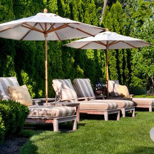 Imagen de piscina alargada, costera, de tamaño medio, redondeada, en patio trasero, con adoquines de hormigón