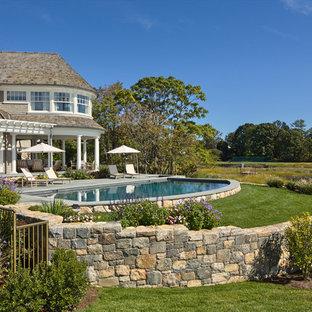 Foto de piscinas y jacuzzis alargados, clásicos, grandes, a medida, en patio trasero, con entablado