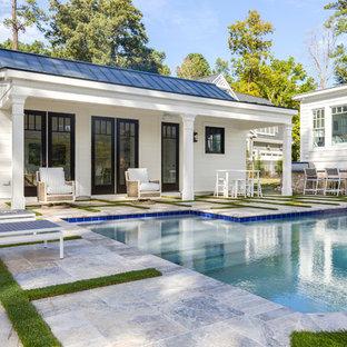 Großer Moderner Schwimmteich hinter dem Haus in individueller Form mit Poolhaus und Natursteinplatten in Sonstige