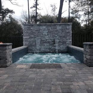 Идея дизайна: маленький прямоугольный бассейн на заднем дворе в стиле рустика с мощением клинкерной брусчаткой и джакузи