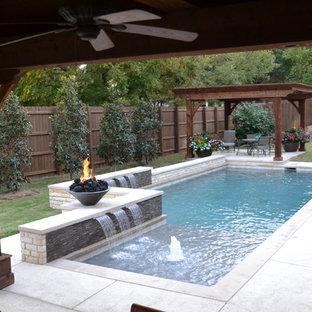 Diseño de piscina con fuente actual, pequeña, rectangular, en patio trasero