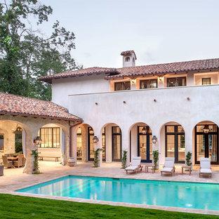 Foto di una grande piscina monocorsia stile rurale rettangolare dietro casa con pavimentazioni in pietra naturale
