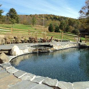 Foto de piscinas y jacuzzis naturales, de estilo de casa de campo, extra grandes, tipo riñón, en patio trasero, con adoquines de piedra natural