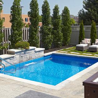 Imagen de piscina con fuente natural, actual, pequeña, rectangular, en patio trasero