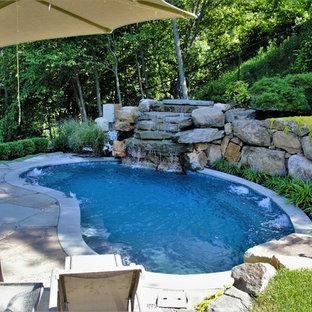 Foto de piscina con fuente natural, rústica, pequeña, tipo riñón, en patio trasero, con adoquines de piedra natural