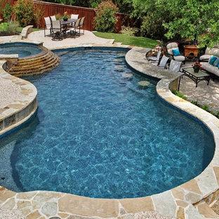 Foto di una piscina chic personalizzata di medie dimensioni e dietro casa con una vasca idromassaggio e ghiaia