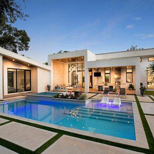 Exempel på en modern rektangulär pool på baksidan av huset, med poolhus och betongplatta