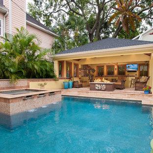 Imagen de casa de la piscina y piscina alargada, mediterránea, grande, rectangular, en patio trasero, con adoquines de piedra natural