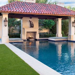 Свежая идея для дизайна: прямоугольный бассейн на заднем дворе в средиземноморском стиле - отличное фото интерьера