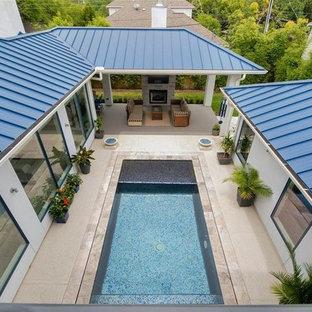 Modelo de piscina infinita, actual, de tamaño medio, rectangular, en patio, con suelo de hormigón estampado