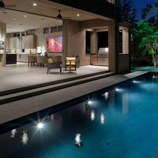 Idée de décoration pour un petit couloir de nage latéral design rectangle avec des pavés en béton.