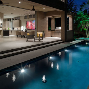 Ejemplo de piscina alargada, actual, pequeña, rectangular, en patio lateral, con adoquines de hormigón
