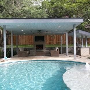 Idee per una grande piscina naturale contemporanea rotonda dietro casa con fontane e pavimentazioni in cemento