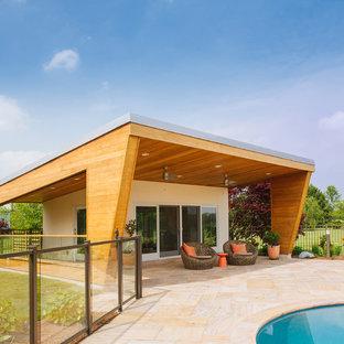 Foto de casa de la piscina y piscina actual, grande, tipo riñón, en patio trasero, con adoquines de piedra natural