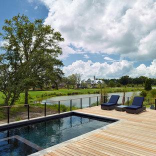Diseño de piscinas y jacuzzis actuales, rectangulares, en patio trasero, con entablado