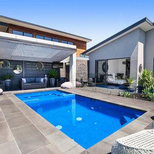 Modelo de piscinas y jacuzzis alargados, contemporáneos, rectangulares, en patio trasero