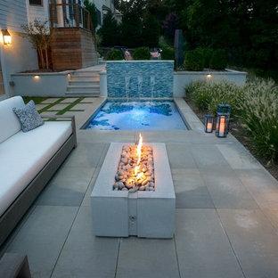 Diseño de piscinas y jacuzzis contemporáneos, de tamaño medio, rectangulares, en patio trasero, con adoquines de piedra natural