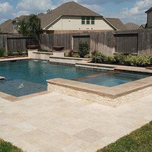 Modelo de piscinas y jacuzzis alargados, clásicos renovados, grandes, rectangulares, en patio trasero, con adoquines de piedra natural