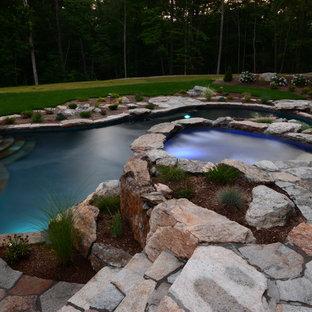 Imagen de piscinas y jacuzzis naturales, rústicos, de tamaño medio, a medida, en patio trasero, con adoquines de piedra natural