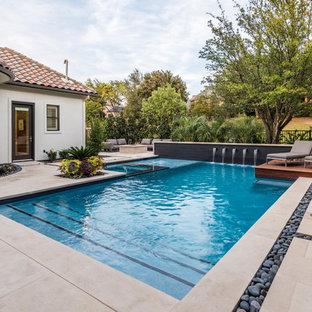 Modelo de piscinas y jacuzzis alargados, tradicionales renovados, de tamaño medio, a medida, en patio trasero, con adoquines de piedra natural