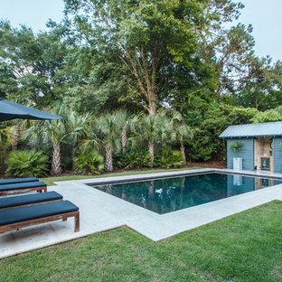 Imagen de casa de la piscina y piscina actual, de tamaño medio, rectangular, en patio trasero, con adoquines de hormigón