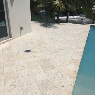 マイアミのトロピカルスタイルのおしゃれなプールの写真