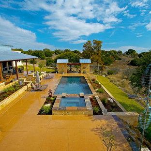 Diseño de piscinas y jacuzzis alargados, modernos, grandes, rectangulares, en patio trasero, con suelo de hormigón estampado
