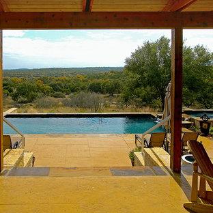 Ejemplo de piscinas y jacuzzis alargados, minimalistas, grandes, rectangulares, en patio trasero, con suelo de hormigón estampado