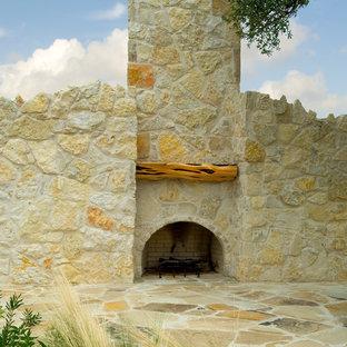 Ejemplo de piscina con fuente natural, mediterránea, extra grande, a medida, en patio trasero, con adoquines de piedra natural