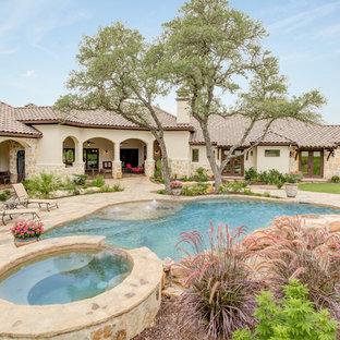 Imagen de piscinas y jacuzzis mediterráneos, a medida, en patio trasero, con adoquines de piedra natural