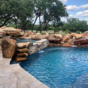 Geräumiger Uriger Schwimmteich hinter dem Haus in individueller Form mit Sichtschutz und Dielen in Austin