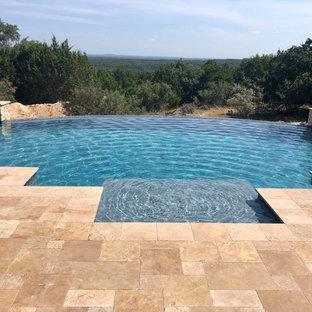 Modelo de piscina infinita, moderna, extra grande, a medida, en patio trasero, con privacidad y entablado