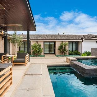 Ejemplo de piscina con fuente alargada, actual, pequeña, rectangular, en patio, con losas de hormigón