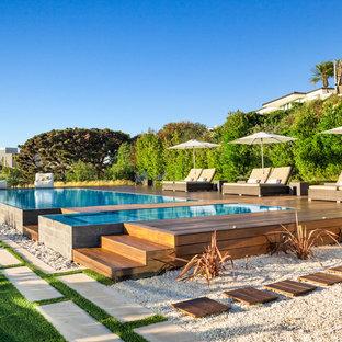 Imagen de piscinas y jacuzzis infinitos, contemporáneos, rectangulares, en patio trasero, con entablado