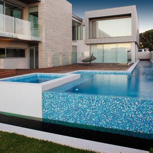 Imagen de piscina con fuente elevada, contemporánea, grande, a medida, en patio lateral