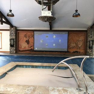 Idéer för att renovera en mycket stor eklektisk rektangulär baddamm, med poolhus och stämplad betong