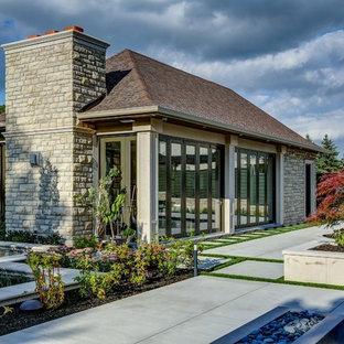 Foto de casa de la piscina y piscina tradicional renovada, de tamaño medio, tipo riñón, en patio trasero, con losas de hormigón