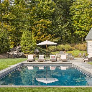 Diseño de casa de la piscina y piscina alargada, tradicional, grande, rectangular, en patio trasero, con adoquines de piedra natural