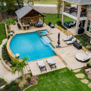 Diseño de piscinas y jacuzzis de estilo de casa de campo, grandes, a medida, en patio trasero, con suelo de hormigón estampado