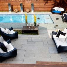Modern Pool by Pammax Design Intérieur Inc.