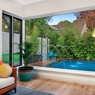 Foto di una piccola piscina naturale moderna personalizzata in cortile con fontane e pedane