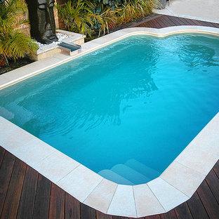 Modelo de piscina con fuente asiática, pequeña, rectangular, en patio trasero, con entablado