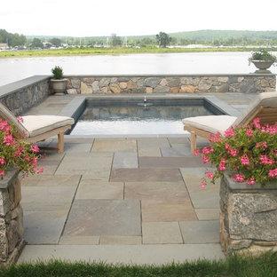 Diseño de piscina elevada, tradicional, grande, a medida, en patio trasero, con suelo de baldosas
